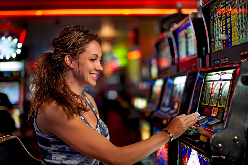Best Benefits and Tips in Playing the Slot Machines