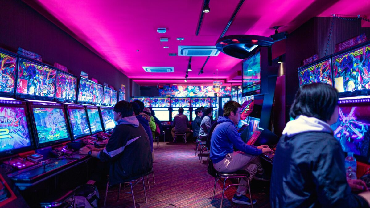 How do online slots differ from offline slots?